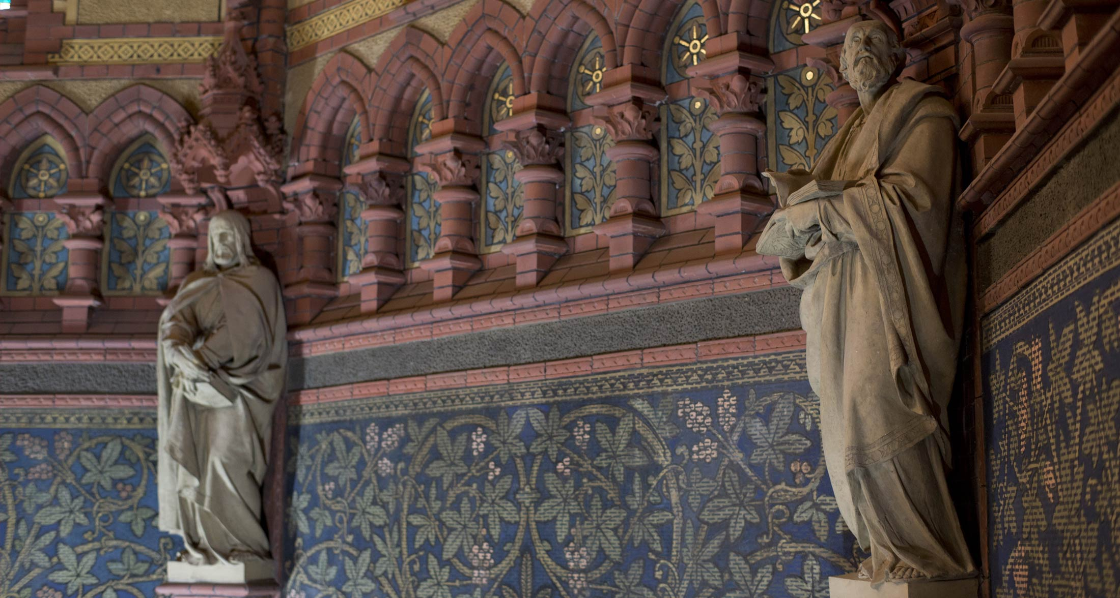 Evangelistenfiguren vor restaurierten Sgraffittoflächen - Lutherkirche Apolda