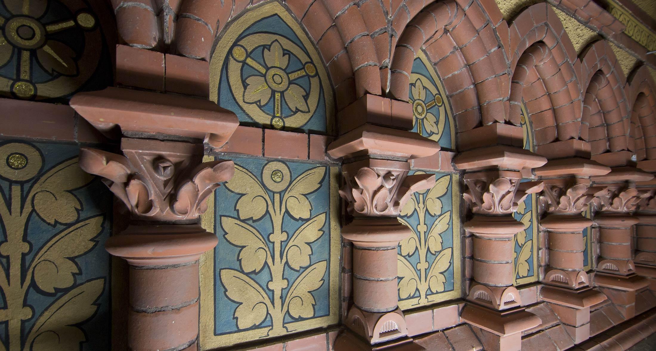 Bogengalerie mit restaurierten, floralen Motiven - Lutherkirche Aploda