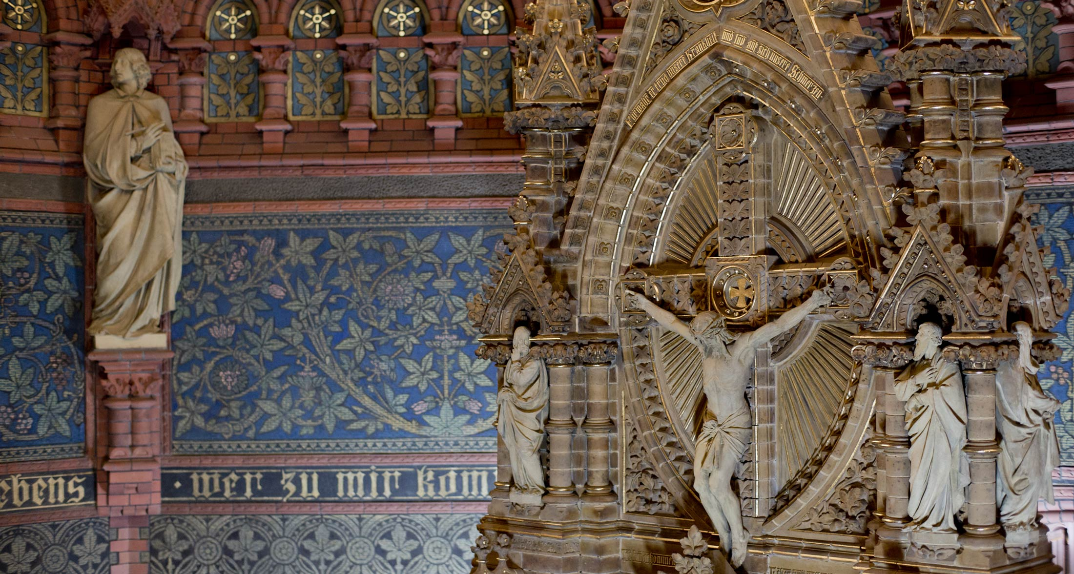 Zentrale Figurengruppe im Schlusszustand mit restaurierten Sgraffittoflächen im Hintergrund - Lutherkirche Apolda