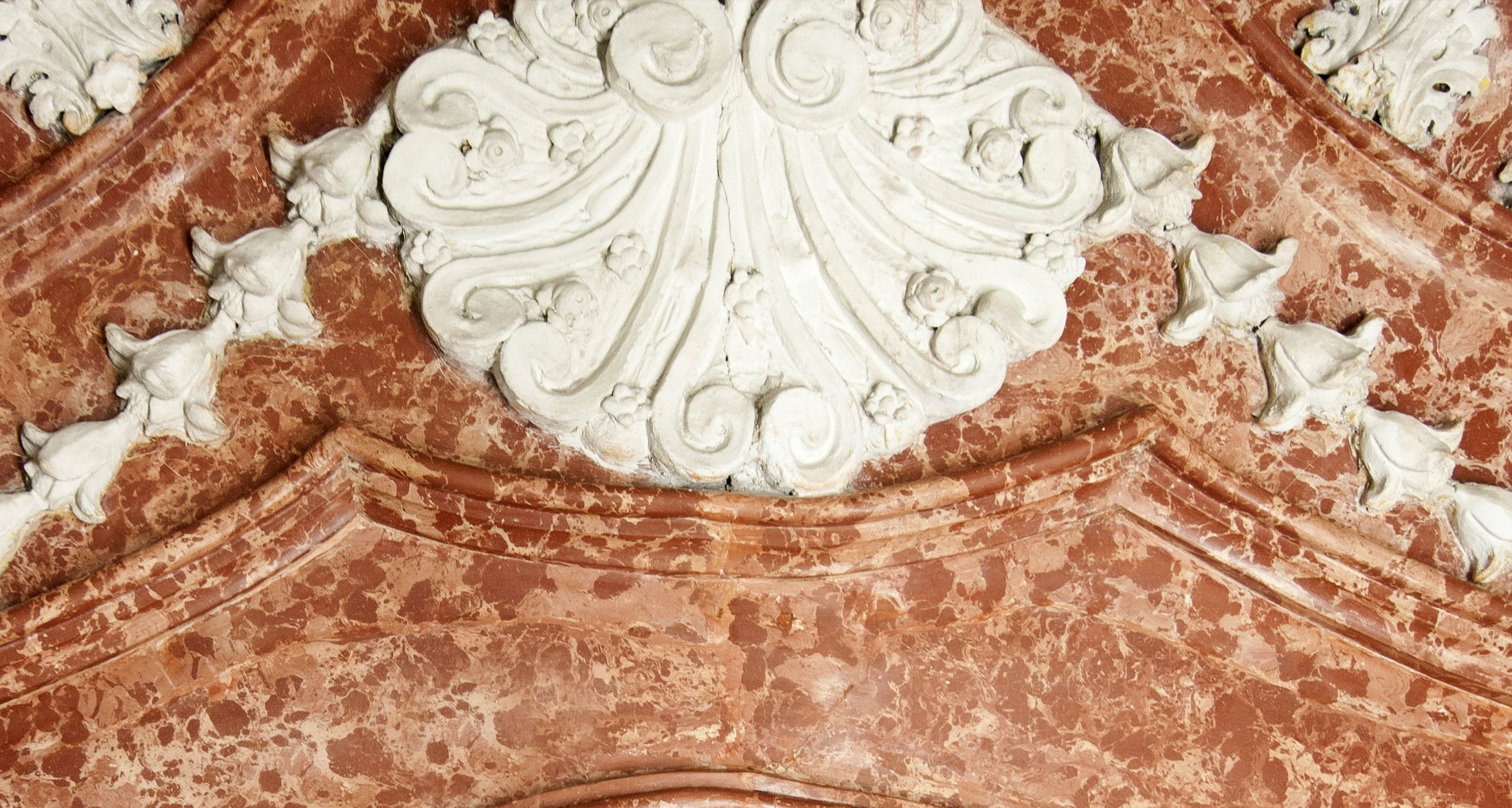Detail der restaurierten Kaminbekrönung