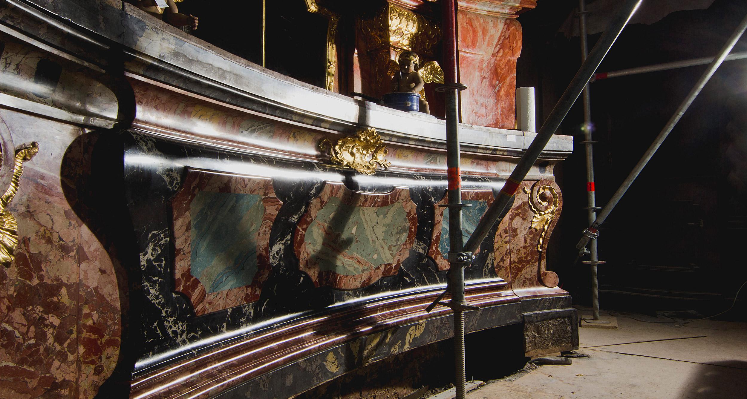 Altarmensa im Streiflicht mit wiederhergestellter Oberflächenwirkung
