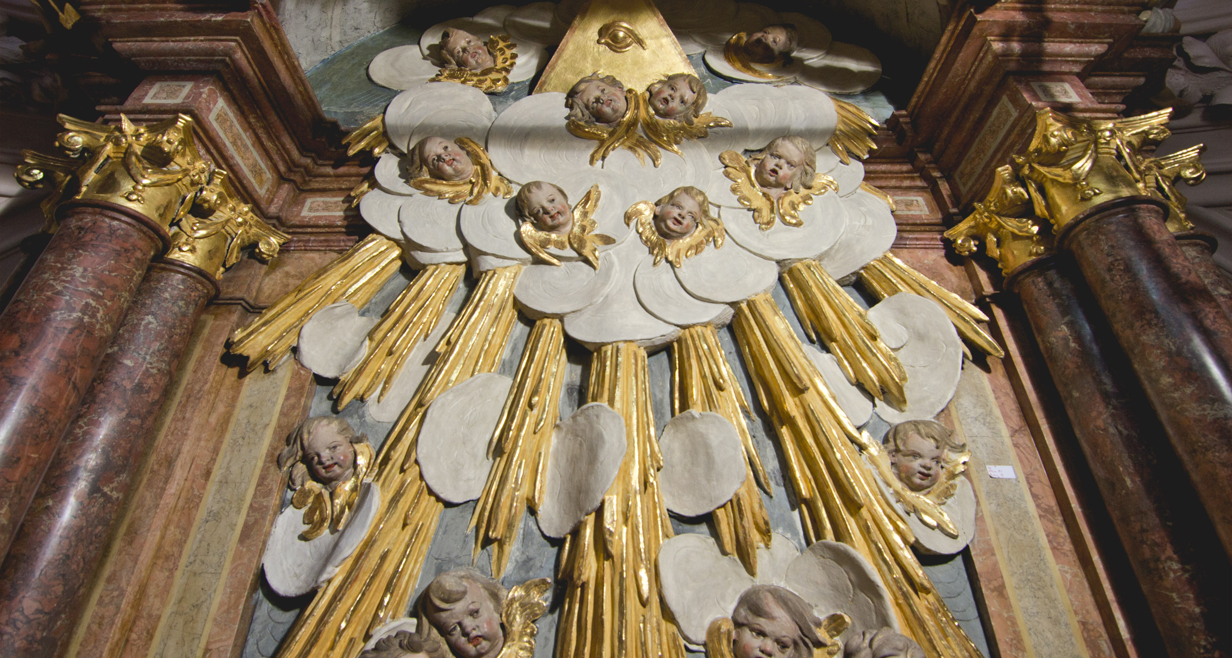 Altar A5 – mittlere Zone mit Stuckaturen im Schlusszustand